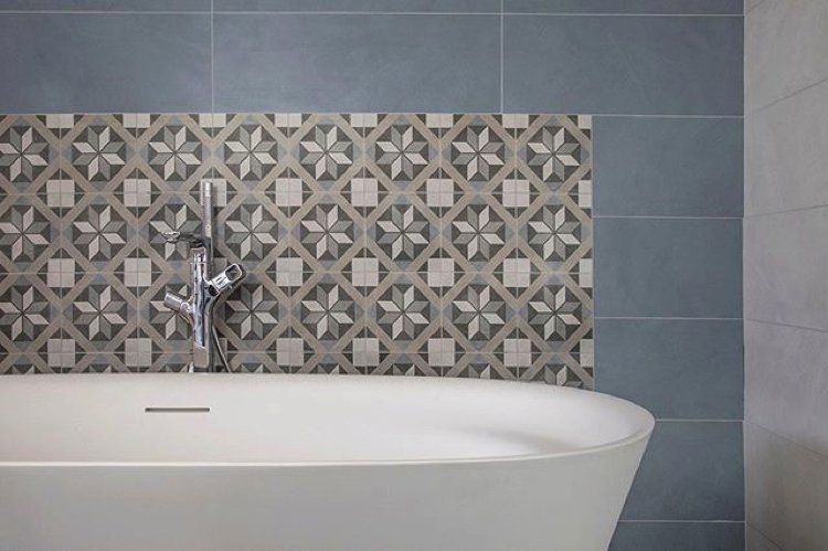 Floral bathroom tiles backsplash gives a wonderful centre point for a simple bathroom