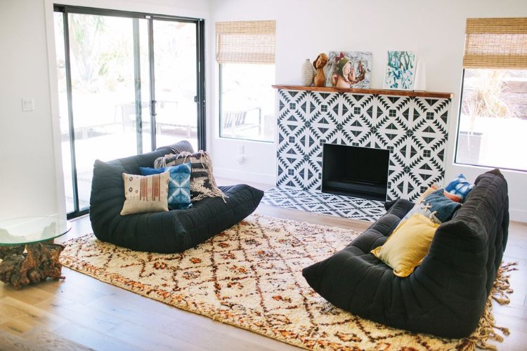 Black and white mosaic pattern adds gorgeous Scandinavian vibes to the  room.