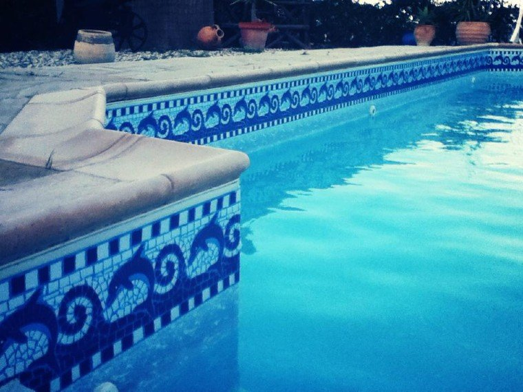 Beautiful and simple mosaic borders that elevate the swimming pool.